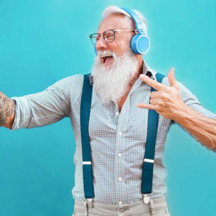 Senior hipster Mann gut drauf, lacht, glücklich; super Leben